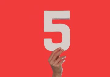 יד שמחזיקה את הספרה חמש
